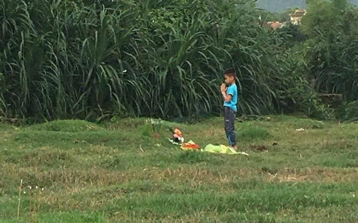 Xúc động câu chuyện đằng sau bức ảnh bé trai tảo mộ một mình