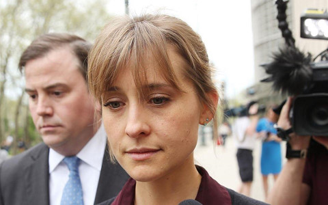 """Sao nữ """"Smallville"""" đối mặt án tù 20 năm vì dính líu tà giáo tình dục"""