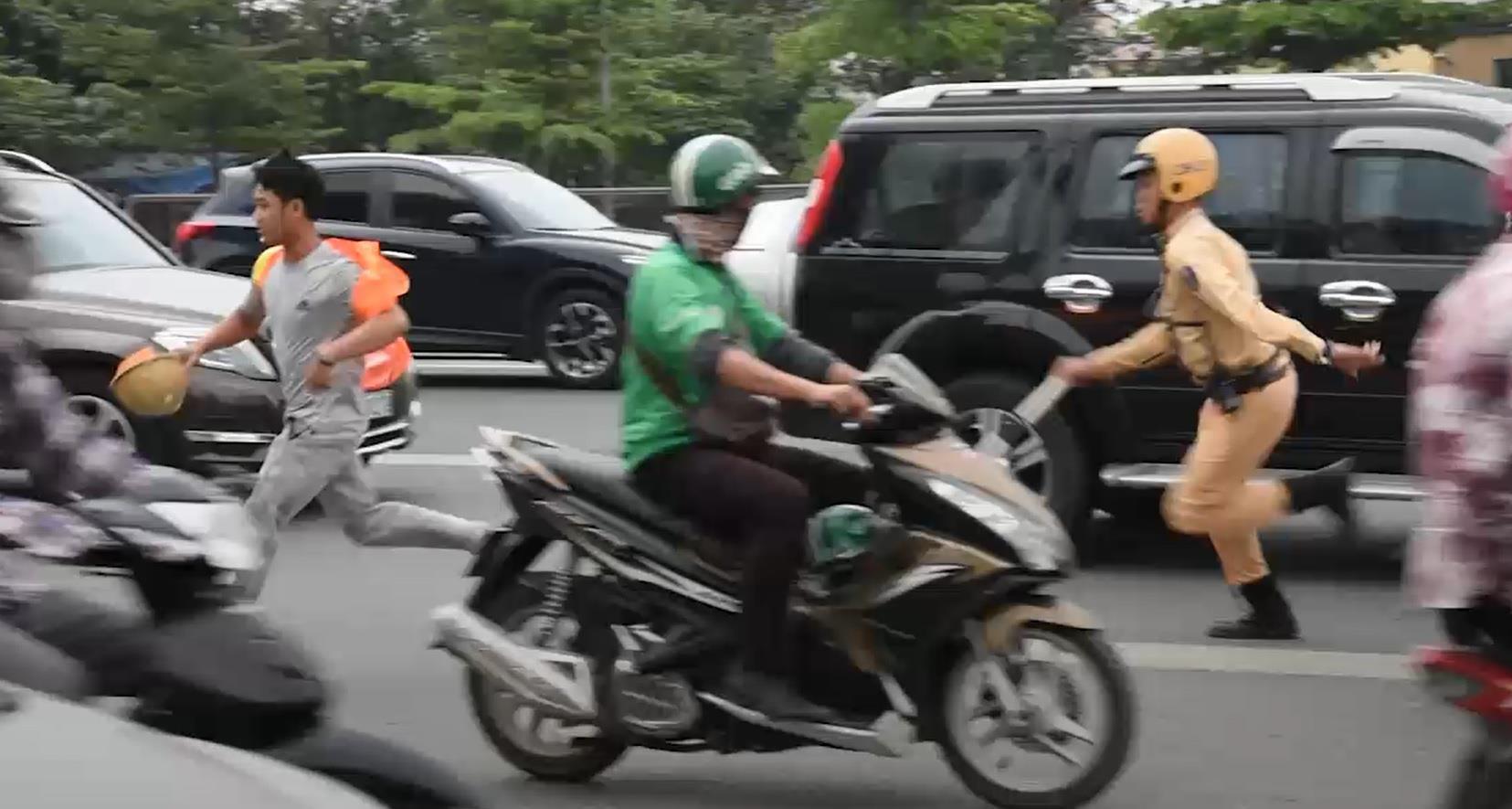 Tài xế xe máy bỏ chạy khi bị CSGT tuýt còi ở đường cao tốc trên cao