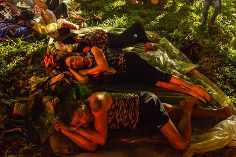 Vạ vật ngủ qua đêm ở ngoài trời chờ khai mạc giỗ Tổ