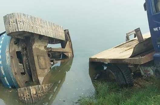 Xe tải tụt dốc cán chết 2 nữ sinh 15 tuổi