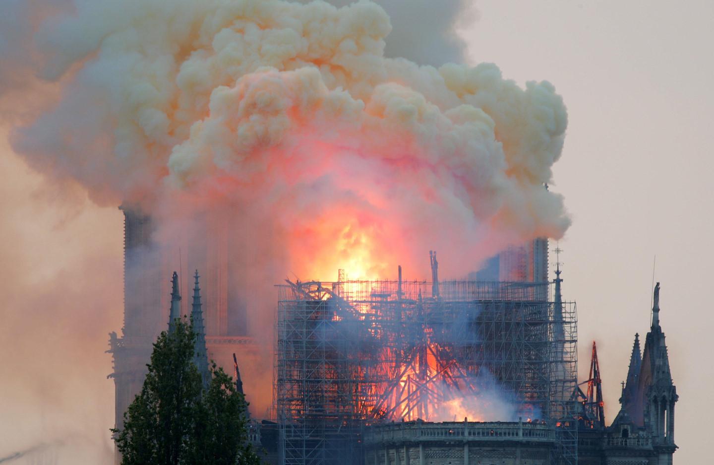 Người dân Paris sững sờ nhìn hỏa hoạn thiêu rụi Nhà thờ Đức Bà