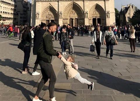 """Ảnh """"cha và con gái"""" vui đùa trước Nhà thờ Đức Bà Paris gây sốt"""