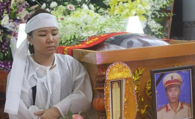 Đại úy CSGT bị ép ngã xe thiệt mạng: Nỗi đau của vợ trẻ, con thơ