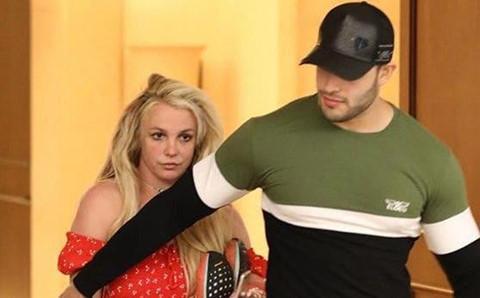 Britney Spears xuất hiện tiều tụy, bơ phờ bên bạn trai