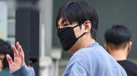 Lee Min Ho lộ cằm ngấn mỡ khi sắp xuất ngũ
