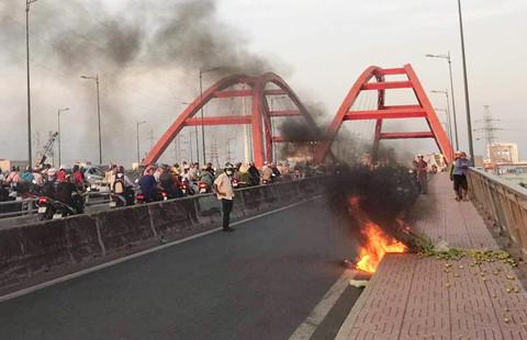 Cháy xe máy trên cầu Bình Lợi, giao thông ùn tắc