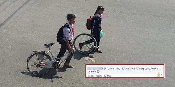 Hình ảnh đôi bạn cùng nhau xách chiếc xe đạp rụng bánh giữa trời nắng
