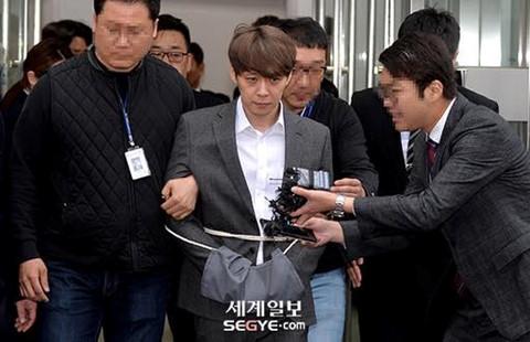 Park Yoochun bị còng tay, trói bằng dây thừng khi rời tòa án