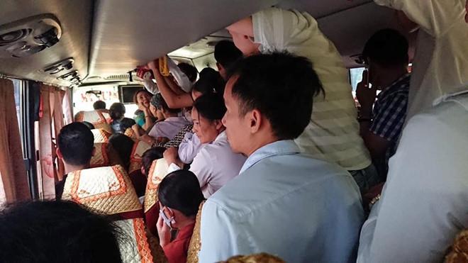 Dân mạng 'kêu trời' vì xe khách nhét gần trăm người dịp lễ 30/4