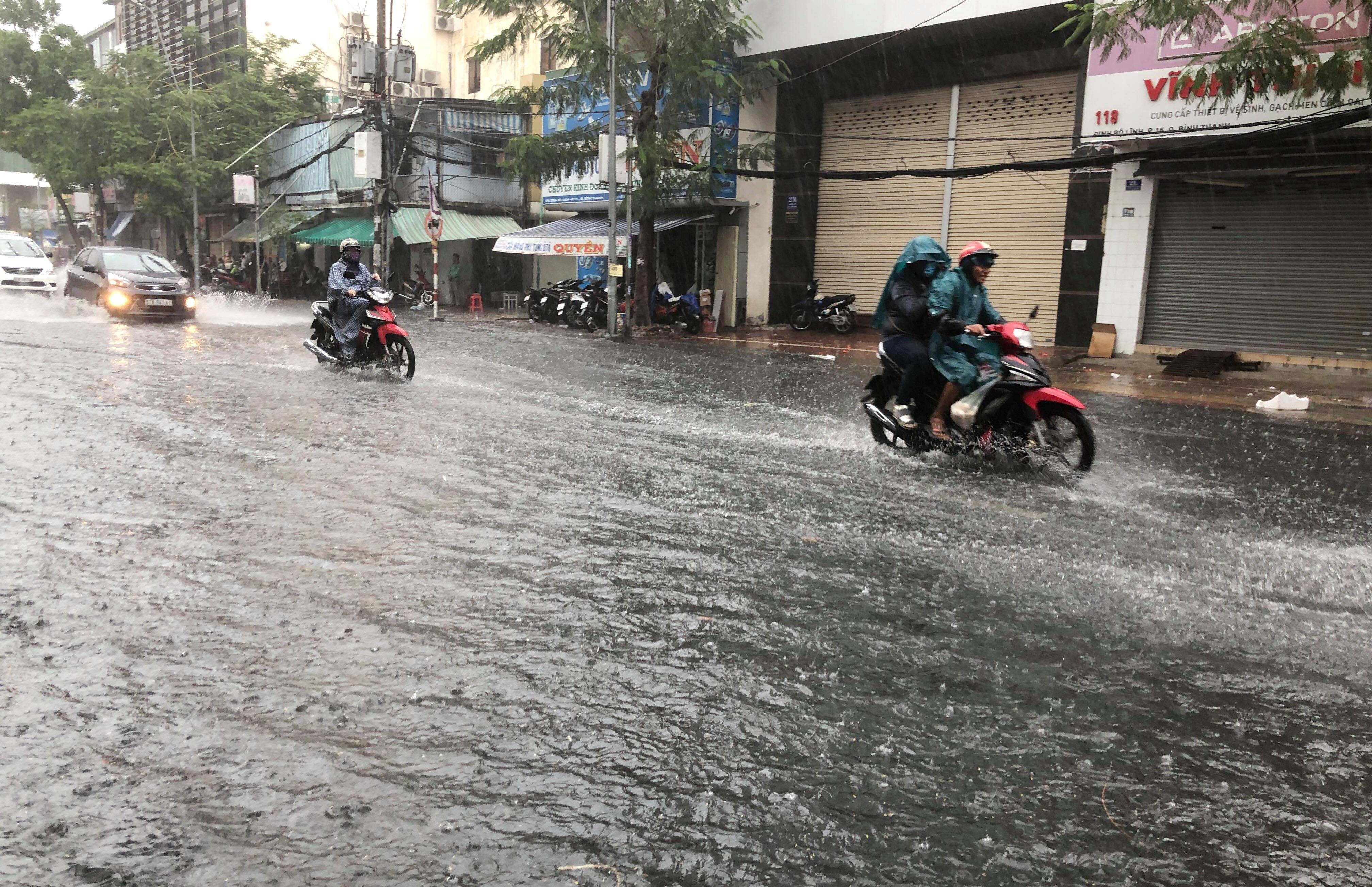 """Sài Gòn đón mưa """"vàng"""" giải nhiệt ngày nghỉ lễ"""