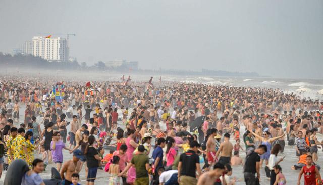 Bãi biển Sầm Sơn đặc kín người ngày nghỉ lễ