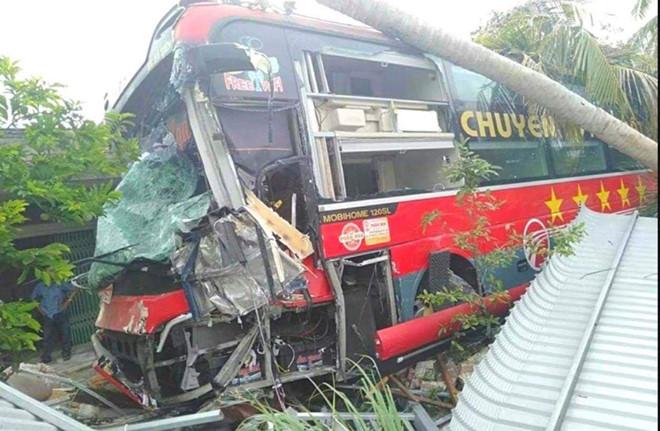 20 hành khách thoát chết khi ôtô giường nằm đâm vào cây bên đường
