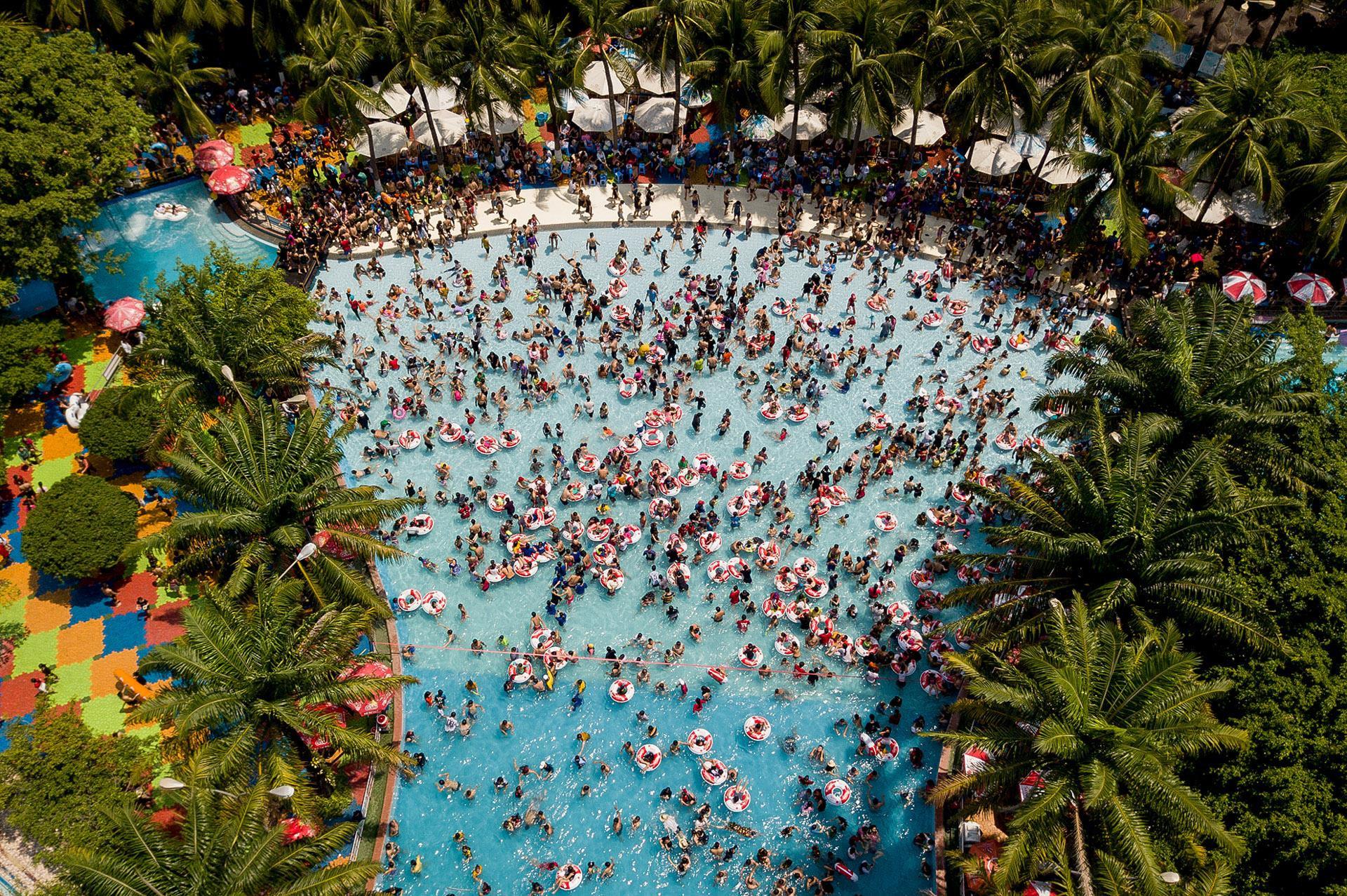 Hàng chục nghìn người chen nhau trong công viên nước Đầm Sen
