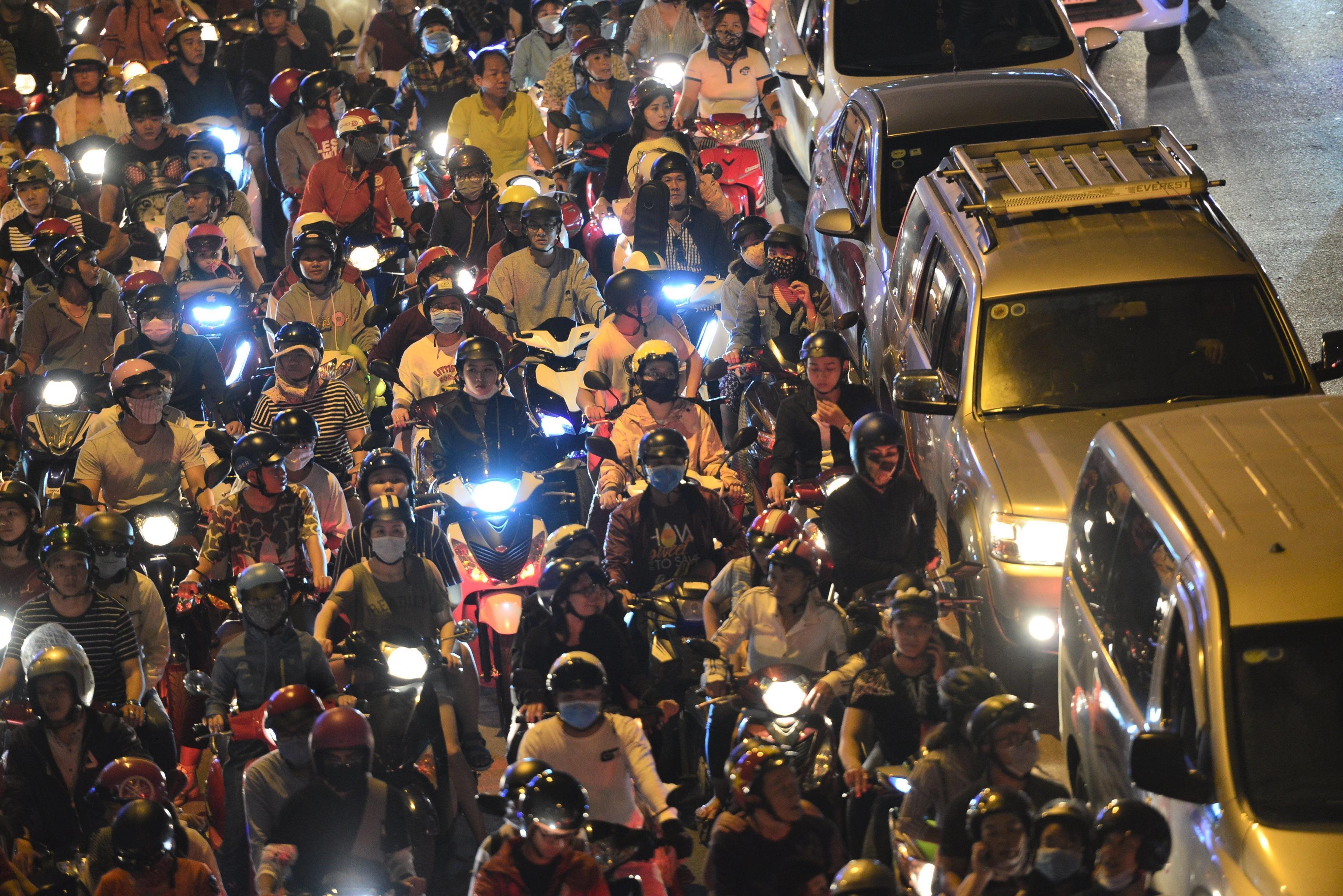Người Sài Gòn ùn ùn đi xem pháo hoa, đường vào Landmark 81 kẹt cứng