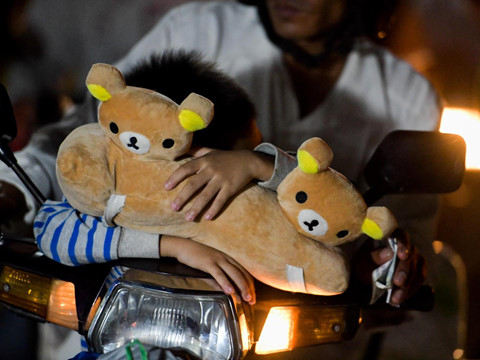 Ùn tắc cửa ngõ Sài Gòn, trẻ em ôm gấu bông ngủ gục trong đêm