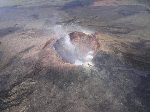 Leo rào chắn, du khách rơi vào miệng núi lửa hủy diệt ở Hawaii