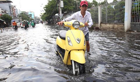 Nhiều tuyến đường Sài Gòn ngập sau cơn mưa nửa giờ