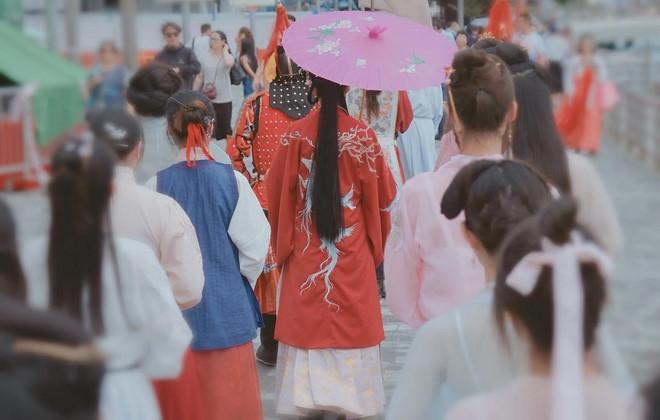 Giới trẻ Trung Quốc rộ trào lưu mặc đồ như phim kiếm hiệp ra đường