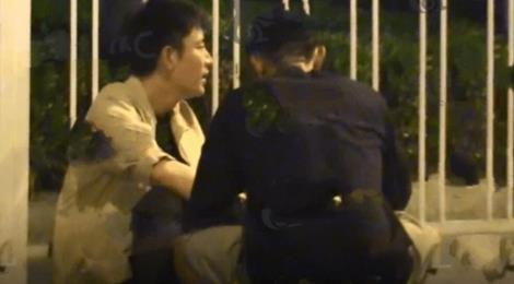 Sao nam Hoa ngữ bị vợ cắm sừng say xỉn ngồi bên lề đường