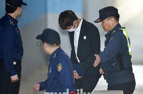 Jung Joon Young cúi đầu khi ra tòa vì quay lén video sex