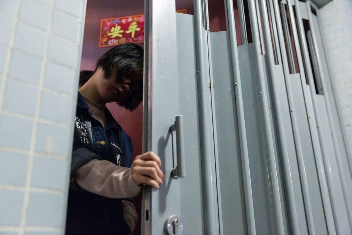 Giới trẻ Hong Kong nằm lì trong phòng, sống cách ly với thế giới