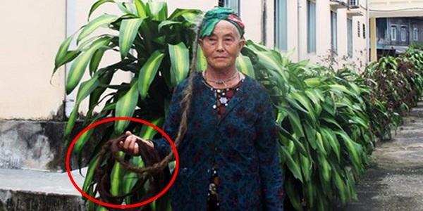 Cụ bà ở Nghệ An 94 tuổi với mái tóc dài 4m và 65 năm không gội đầu