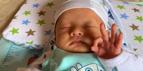 """Những em bé vừa sinh ra đã có khoảnh khắc bá đạo """"để đời"""""""