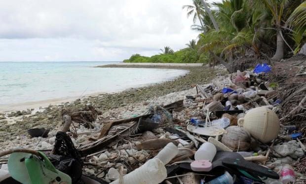 Hòn đảo chỉ 600 người, bờ biển có 400 triệu mảnh rác nhựa