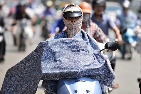 Người đi đường đắp chăn, biến thành ninja giữa cái nóng trên 40 độ C