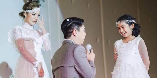 Hình ảnh chú rể quỳ gối trước mặt con cô dâu xin cưới gây xúc động