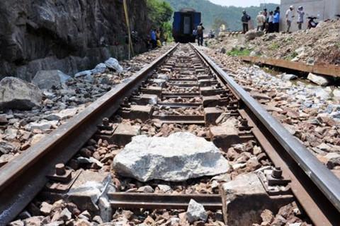 Nằm trên đường ray, nam thanh niên bị tàu hỏa tông tử vong
