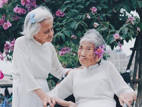 Ai cũng mong trẻ lại khi xem ảnh hai cụ bà bên hoa bằng lăng