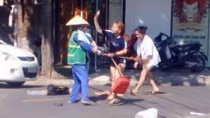 Nữ lao công bị đánh vì nhắc nhặt rác: Tôi chấp nhận lời xin lỗi