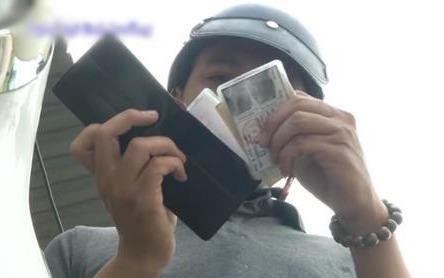 Người lái xe đến tận nhà trả chiếc ví bị mất cho chàng shipper