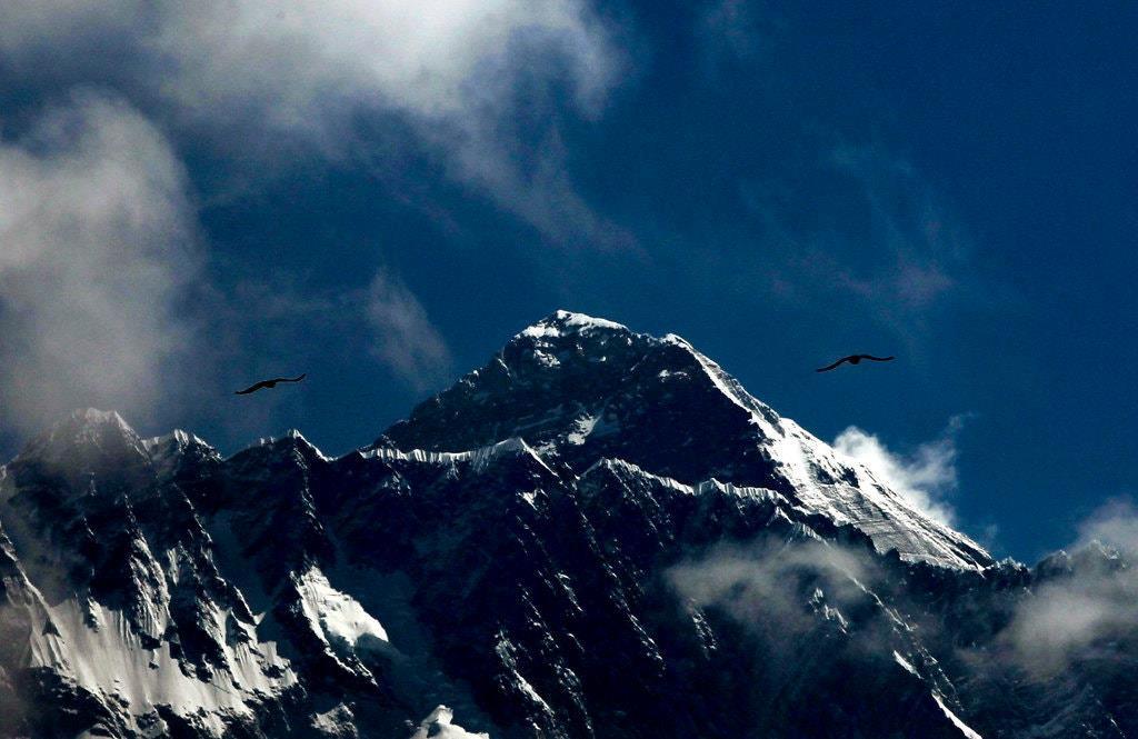 Băng tan phơi bày thi thể trên đỉnh Everest nhiều hơn bao giờ hết