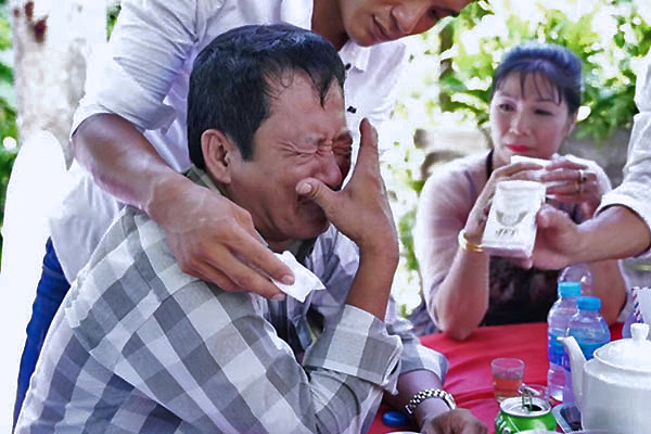 Cha bật khóc trong đám cưới con gái đầu lòng khiến người xem thổn thức