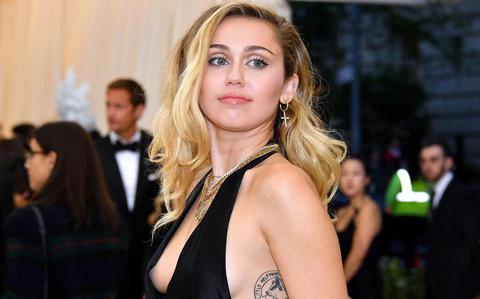 Miley Cyrus bị fan cuồng tấn công, ôm hôn thô bạo trên phố