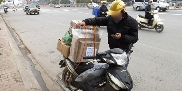 Bác shipper nghèo bị khách bùng hàng