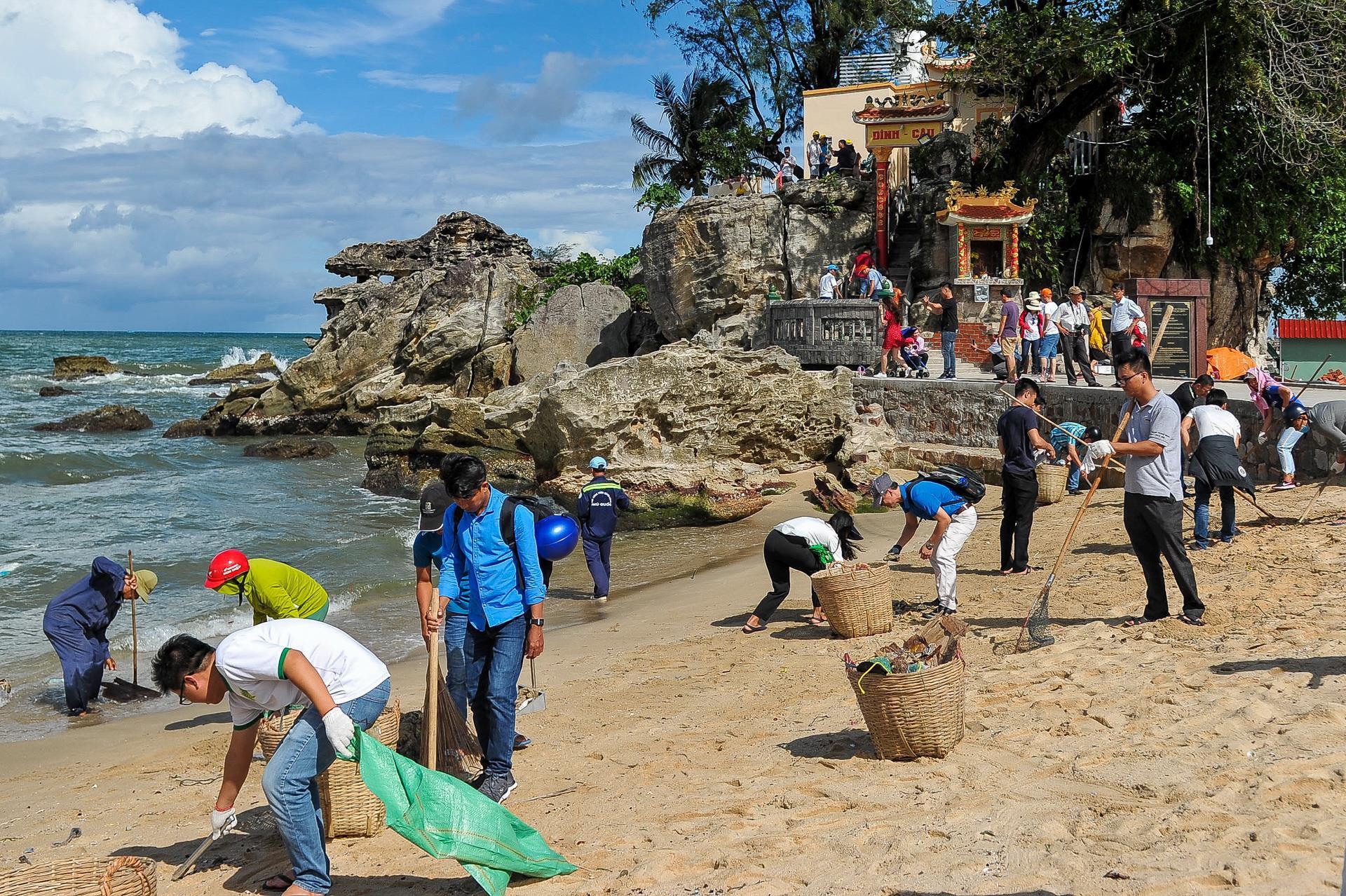 Hàng trăm bạn trẻ dọn rác ở Phú Quốc