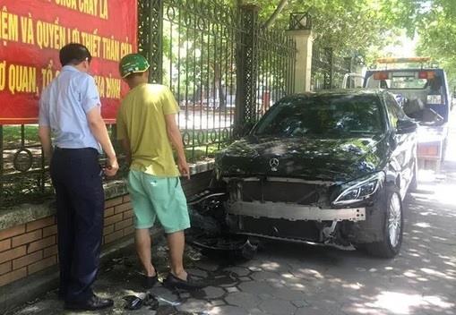 Nữ tài xế Mercedes đâm trọng thương người đi thu mua đồng nát