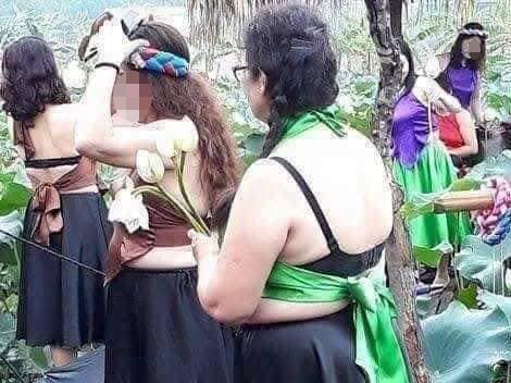 Đi chụp ảnh với sen, nhóm phụ nữ trung niên bất ngờ bị 'ném đá'