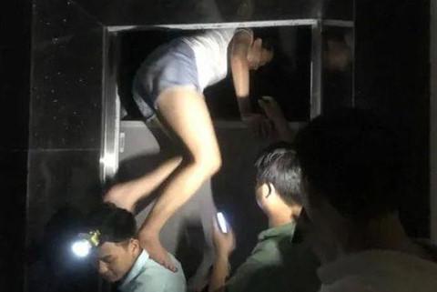 Nhiều người mắc kẹt trong thang máy khi chung cư mất điện
