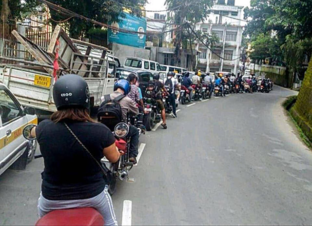 Kẹt xe trong ngăn nắp ở nước ngoài và 'sự vô can' của người Việt