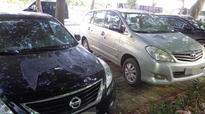 Không gửi xe tại bãi tự phát, 2 ôtô bị đổ axit nghi để 'dằn mặt'