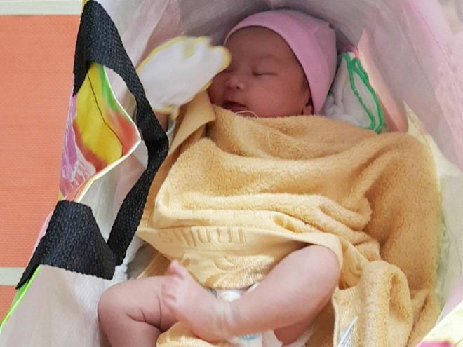Bé gái 1 tháng tuổi bị bỏ rơi gần trạm xe buýt ở Sài Gòn