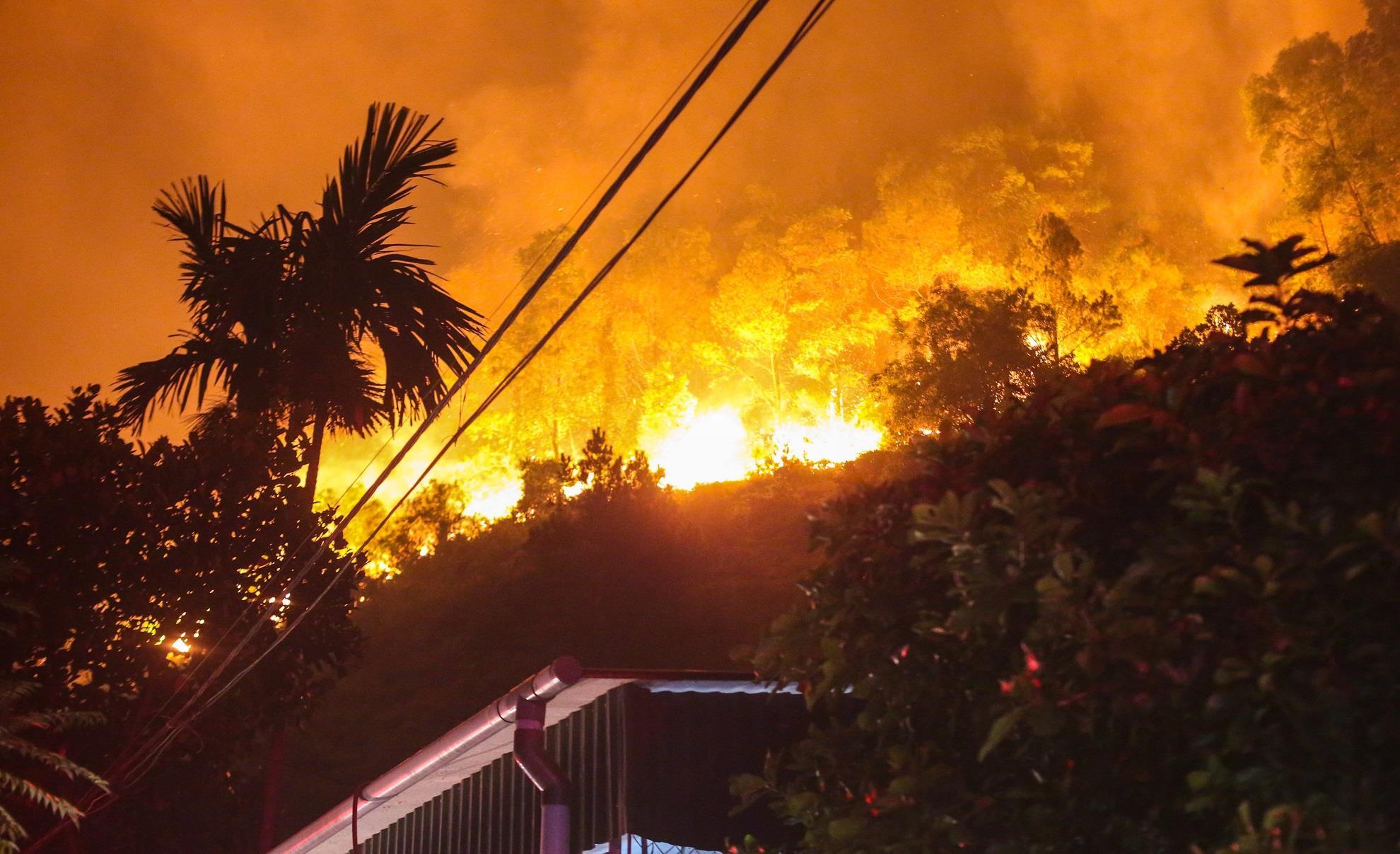 Cháy rừng ở Hà Tĩnh, người dân dọn đồ chạy 'giặc lửa' trong đêm