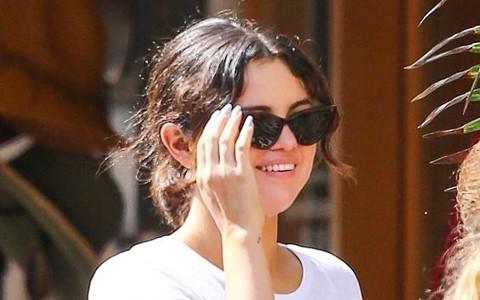 Selena Gomez tươi tắn giữa lúc tình cũ khẩu chiến với bạn thân