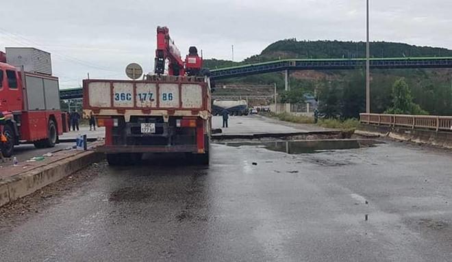 Bão số 2 làm sập một phần cầu ở Thanh Hóa, 2 người tử vong