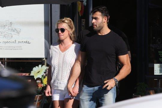 """Britney Spears """"thả rông"""", tình tứ bên bạn trai kém 13 tuổi"""